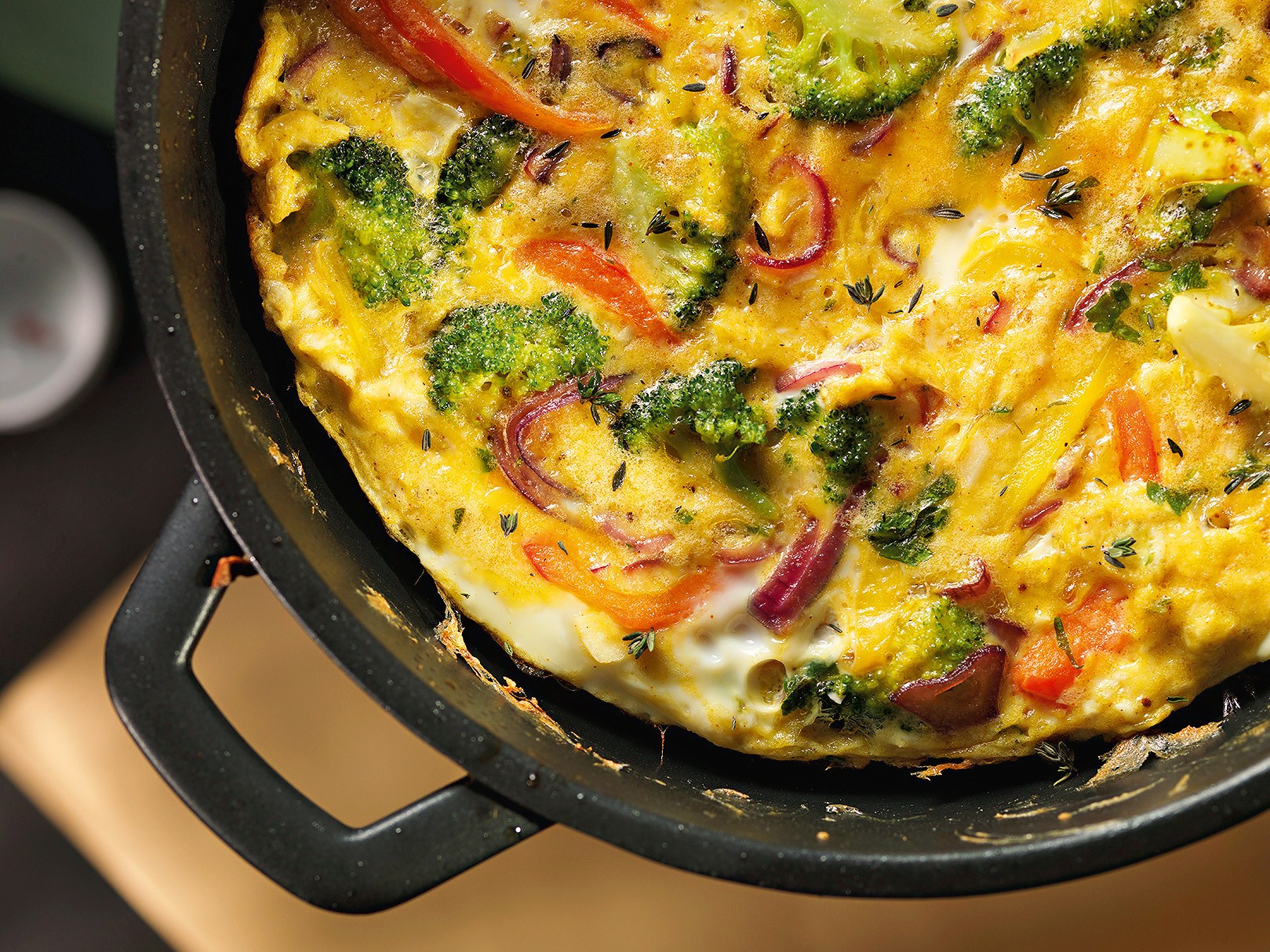 Frittata with broccoli and sweet peppers