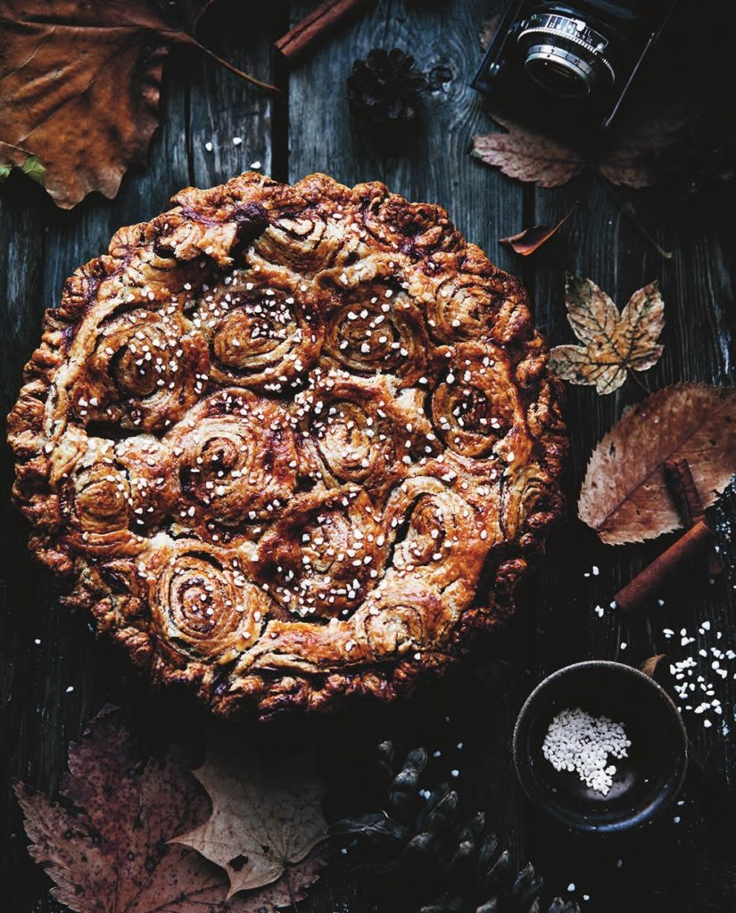 Cinnamon Roll Pie With Apples