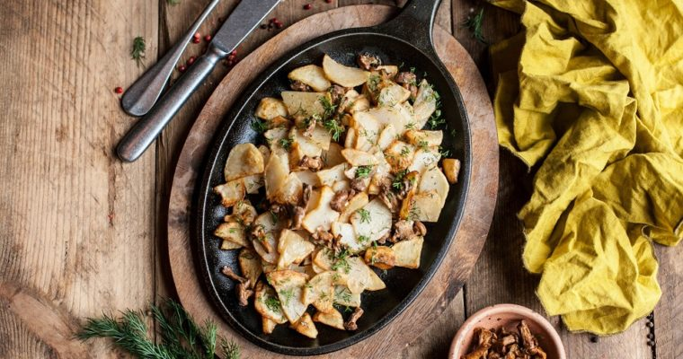 Fried chanterelles with potatoes in sour cream