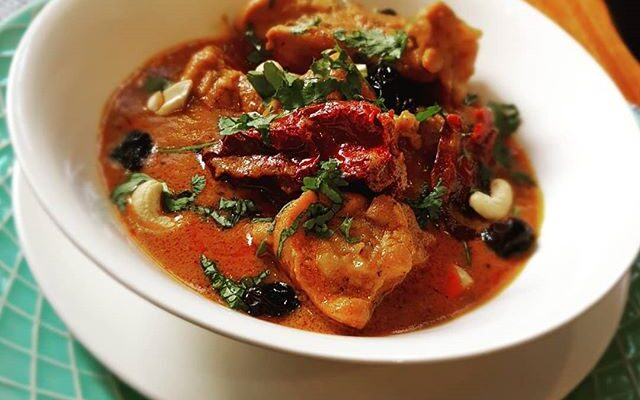 Chicken curry with almond, cashews and raisins
