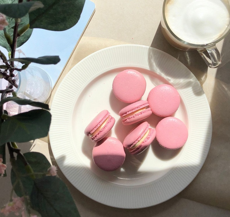 Macarons stuffed with white chocolate and liqueur