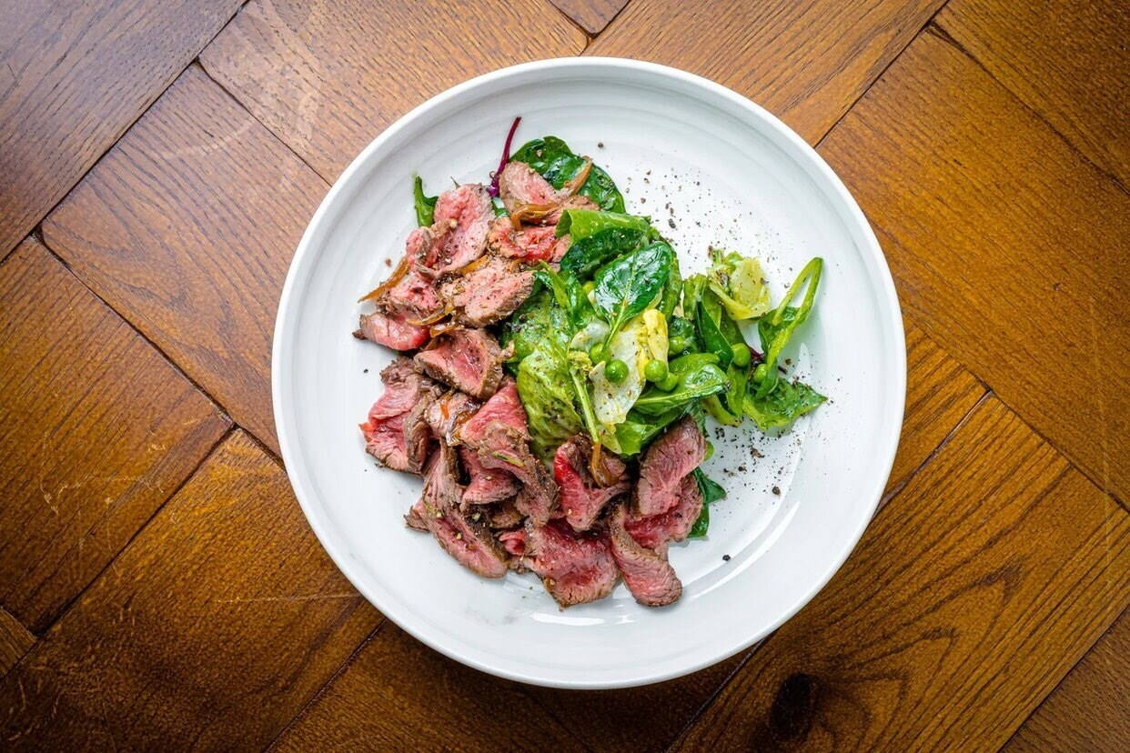 Roast beef salad with green leaves