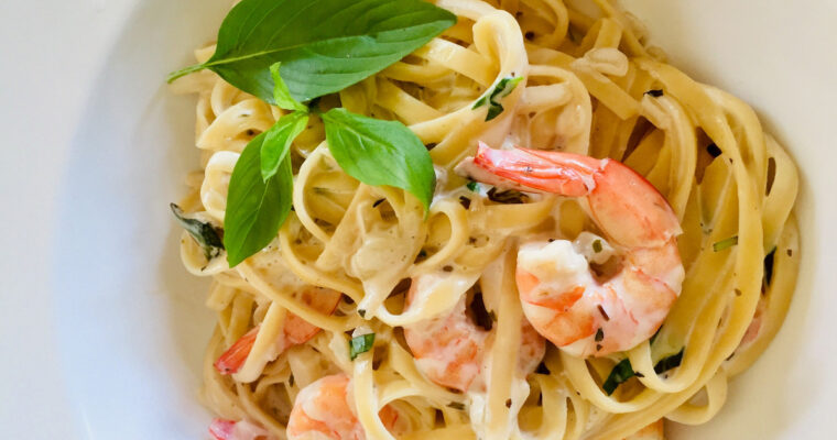 Pasta with shrimps in a creamy garlic sauce
