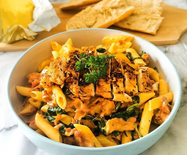 Chicken and bacon penne with garlic, sundried tomatoes and spinach